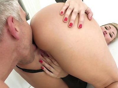 Hypnotizing milf Ryan Keely gets a mouthful of cum after titfuck and pussy fuck