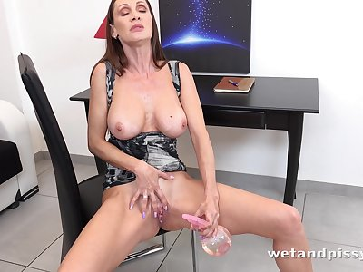 Horny Cougar Solo Cynthia Vellons - Spraying The Mist