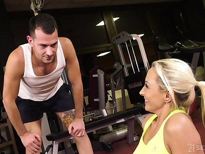 Cougar hires a fitness instructor and turns into their way dissimilar fuck toy