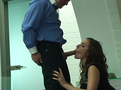 Phat ass lady Paige Turnah makes a kinky dude lick her beautiful feet in the bathroom