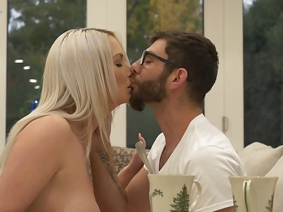 Gripping heavy breasted blonde Comply with Messenger-boy is made of riding bushwa