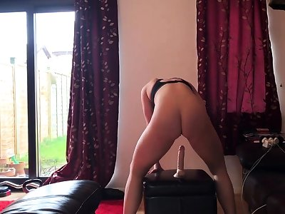 Horny brunette tiro milf solo pussy toying show on couch
