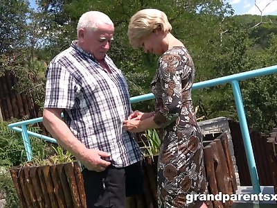 Premium full-grown shares old man's dick with younger niece