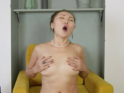 Perfect masturbation solo featuring matured Asian Lira Kissy